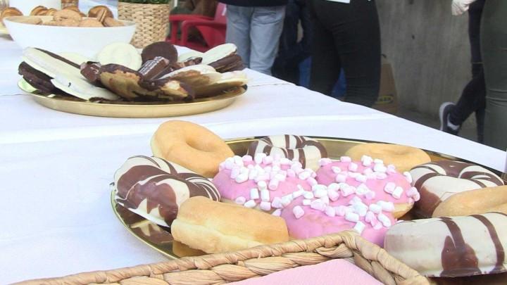 Los estudiantes de la Facultad de Economía y Empresa han disfrutado hoy de una chocolatada solidaria
