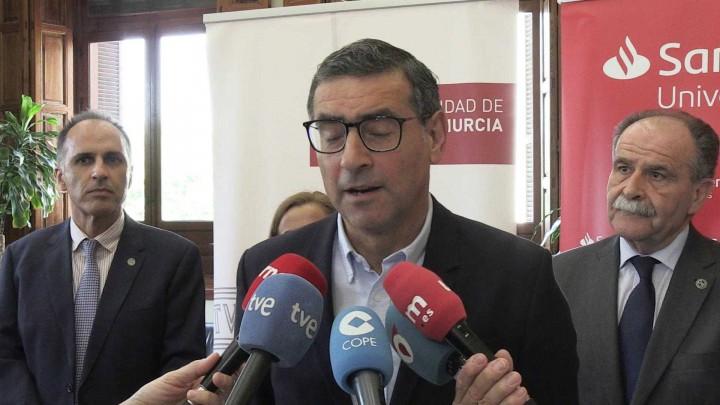 El Banco Santander adelantará el dinero de las becas del Ministerio a estudiantes de la UMU y UPCT