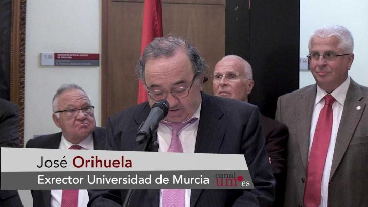 El retrato de José Orihuela ya forma parte de la galería de rectores de la Universidad de Murcia
