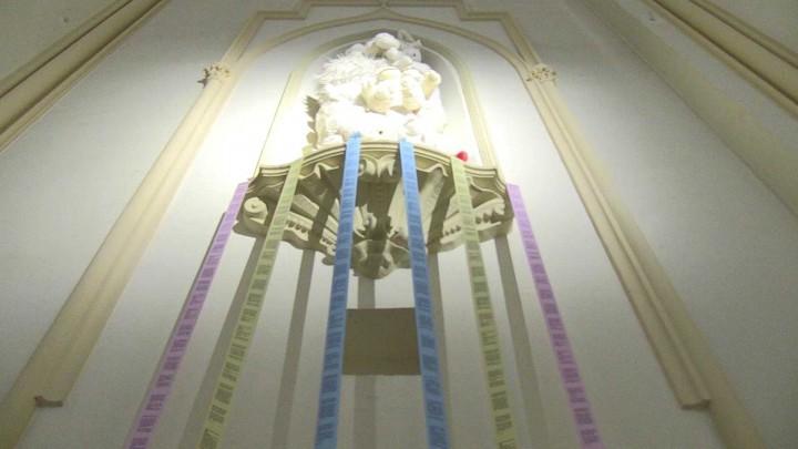 La capilla del edificio de Convalecencia acoge la exposición Instalación Happiness INC. de Priscila