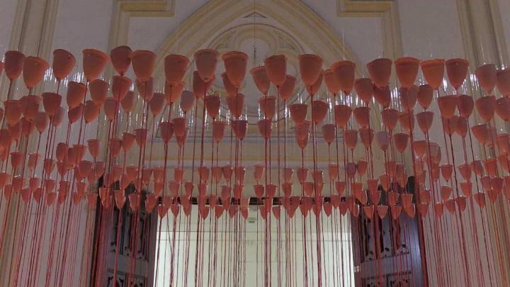 Te presentamos la exposición 'Lluvia roja', de Concha M. Montalvo