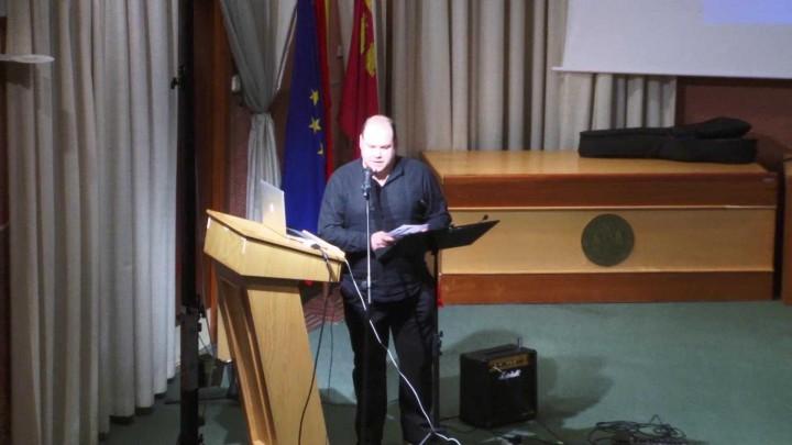 """Conferencia-teatro de director del programa de Radio 3 """"El café del Sur""""."""